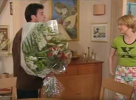 Il faut bien dire que la maladresse de Roger n'arrange en rien le fantasme d'Annette de se transformer en Madame Girard.