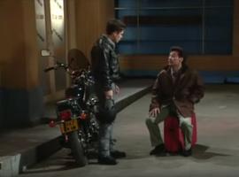 Véritable drama queen, Roger prend sa valise et cherche en vain chez squatter. Ce sera chez Luc et Anthony.