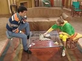 Si Annette ne sait pas jouer aux échecs, Roger fait quand même du social en jouant aux Dames avec elle.