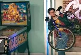 Indice de la lose pour un garçon de sitcom AB : il y a un vélo dans cette scène.