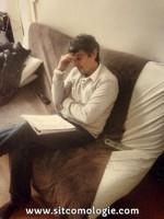 Philippe en plein travail, le tout à côté d'une télécommande de freebox, pratique pour regarder AB1 entre deux scènes !