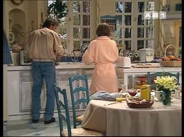Phil fait la vaisselle.