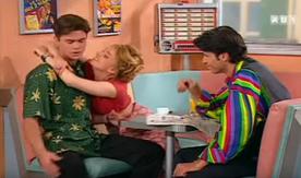 Joël nous déçoit à tromper Annette avec cette gourde. Heureusement que la chemise de Luc redonne le moral.