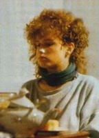 Annette à 14 ans, rebelle et bouclée.