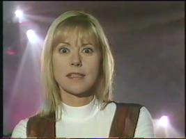 Visiblement, Dorothée est sommée de dire qu'elle n'est pas jalouse, et qu'elle trouve Hélène fabuleuse.