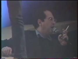 Discret mais omniprésent dans le reportage, JLA aka l'homme à la cigarette veille sur sa protégée.