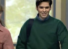 Anthony en figurant qui se balade incognito dans les couloirs du lycée de Premiers Baisers.