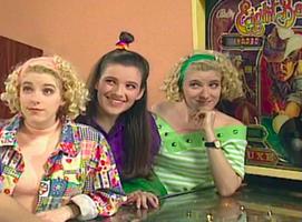 Les deux freaks asexuées, un flipper, et Debbie.