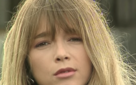 Hélène et ses cheveux en bataille. Rien à foutre du tournage d'un clip, Hélène reste nature.