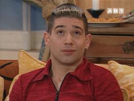 Le copain d'Omnès, dans une apparition furtive, et embrassé à l'écran !