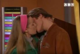 - Tu veux vraiment que je t'embrasse là ?  - Oui, mais c'est juste pour goûter mon rouge à lèvres... Mais bien sûr...