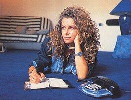 Manuela prend la pose pour sa chanson bidesque téléphonique.
