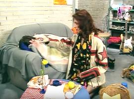 Olivier, le seul clodo de la bande à Hélène, obligé de squatter sur le canapé spermé du garage.