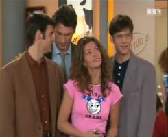 Quand Manuela vexée, Manuela sortir avec les trois premiers pervers venus.