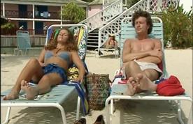 Manuela profite de ses dernières heures de bronzette avec Roland.