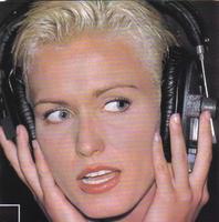 """Annette se chie légèrement dessus au moment d'enregistrer son """"tube""""."""