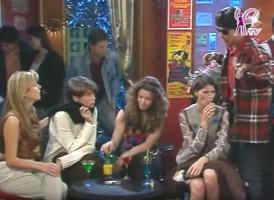 A droite, Nico s'est déguisé en albanais vendeur de fleurs. Brillant.