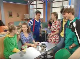 Toute la bande se fout gentiment de la gueule d'Odile qui craque sur François en tenue de foot.