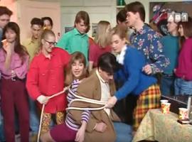 Ultime apparition pour Odile dans la sitcom, dans cette scène plutôt bizarre. Adieu et merci pour ce dernier look infâme.