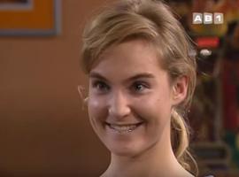 Odile, le personnage idéal pour la communauté des fétichistes des appareils dentaires.