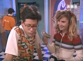 """""""Tiens, voilà 10 balles pour te payer un nouveau t-shirt."""""""