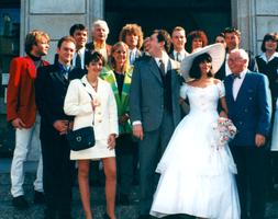 """AB c'est """"une grande famille"""". Comme le prouve cette photo du mariage de Laurent Perriot en 1996 avec sa jolie épouse Paula : sont présents Pat Le Guen, le Docteur Klein, Dorothée et... Fabien Remblier, beau gosse."""
