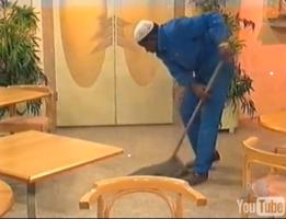 Mais en fait, il y en avait des Noirs chez AB ! Ils étaient juste hors-champ (photo d'un balayeur extrait d'un reportage suisse sur AB en 1995).