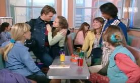 Stéphane se retrouve bizarement dans les bras de Géraldine.